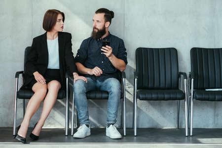 Frau, die das Knie des Mannes berührt. Arbeit Belästigung Flirt und Verführung.
