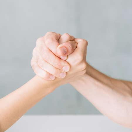 mains dans la compétition de bras de fer. combattre le concept de conflit et de rivalité.