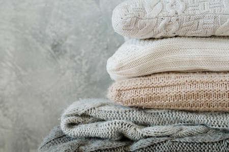 pila de acogedoras mantas y almohadas de cuadros de punto doblados. cómoda y cálida decoración del hogar de invierno Foto de archivo