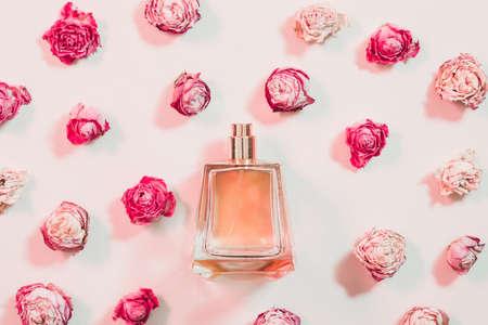 Día de la mujer presente. Surtido de perfumes y flores sobre fondo marfil. Foto de archivo