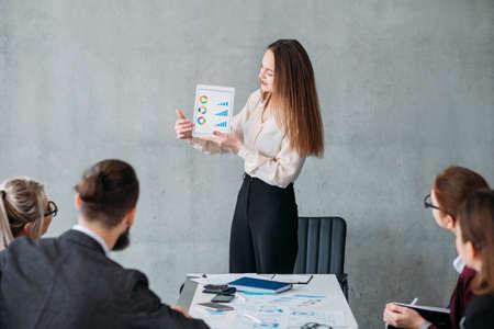 Marketingstrategie. Zakelijke omzetgroei. Bedrijfsanalist wijzend op financiële statistieken.