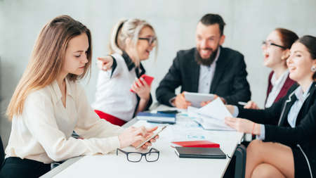 Empleados corporativos. Bullying y burla. Reunión del equipo empresarial. Mujer señalar con el dedo al colega molesto control de teléfono inteligente.
