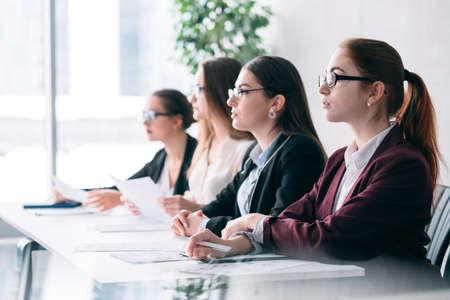 Apertura de trabajo. Reclutamiento corporativo. Mujeres de recursos humanos que escuchan al solicitante de vacante virtual. Foto de archivo