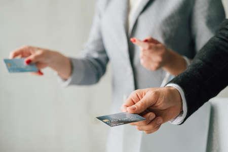 Zakupy para. Łatwa kasa i płatność elektroniczna. Mężczyzna i kobieta z kartami kredytowymi. Zdjęcie Seryjne