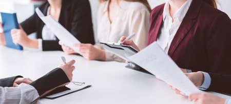 Tableau d'inscription. Enseignement universitaire. Étudiant déposant des documents postulant à l'université. Examens et entretien. Banque d'images