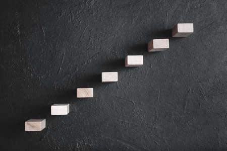 Crecimiento profesional y desarrollo personal. Éxito y liderazgo futuro. Logro. Bloques de madera que representan escaleras.
