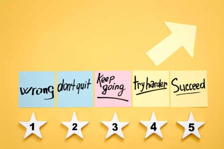 Desarrollo de estrategia. Crecimiento y éxito empresarial. Objetivos y pasos a seguir. Notas de memo de motivación, estrellas y flecha.