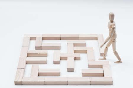 Défi et obstacle. Stratégie et solution. Idée créative et décision. Libérez le potentiel. Homme en bois et labyrinthe de blocs.