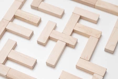 Pensée logique. Recherche de solution. Quête de vie. Stratégie d'entreprise. Construction de labyrinthe conceptuel avec des murs en blocs de bois.