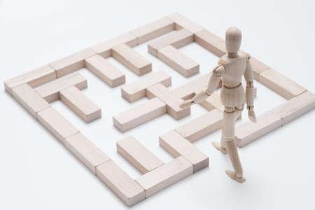 Fördern Sie Kreativität. Denke anders. Träume groß. Herausforderung. Blockiert Labyrinth. Konzeptionelle, artikulierte Schaufensterpuppenkomposition