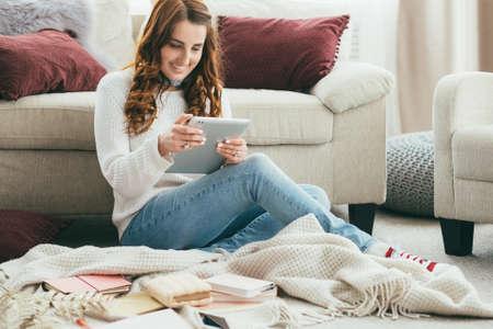 Quoi de neuf. Utilisateur de médias sociaux avec tablette. Profil de promotion en cours. Les adeptes augmentent. Lieu de travail à domicile confortable.