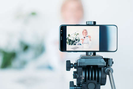 Vlog de mujer. Cosmética y belleza. Mujer en la pantalla del teléfono inteligente. Pasatiempo y estilo de vida. Equipo de filmación de video.