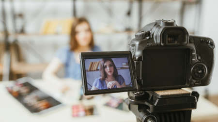 Vlog des tendances de la mode beauté. Mode de vie des affaires. Jeune femme enregistrant le contenu du didacticiel vidéo. Appareil photo numérique.