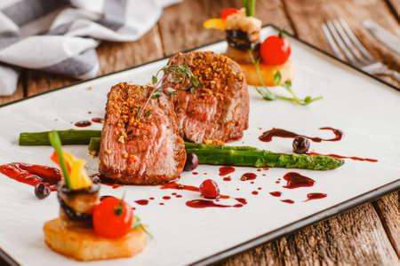 Luxe gastronomische gerechten. Kalfsrecept voor koken. Elegante dure restaurantmaaltijd. Vleesschotel op plaat. Stockfoto