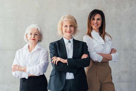Femmes d'affaires prospères. Carrière professionnelle. Confiants et jeunes femmes debout avec les bras croisés, souriant.