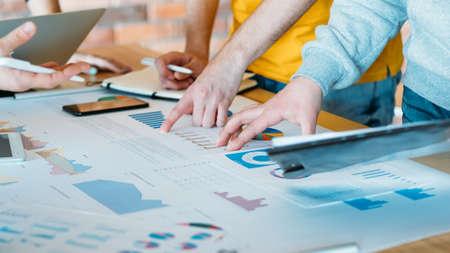 Travailler ensemble vers un objectif commun. Équipe commerciale réussie analysant les diagrammes. Stratégie pour augmenter les ventes, les revenus.