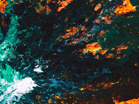 Abstrakte Kunst Textur Hintergrund. Tief fließendes Flussdesign. Schöner smaragdgrüner und orangefarbener Farbspritzer.