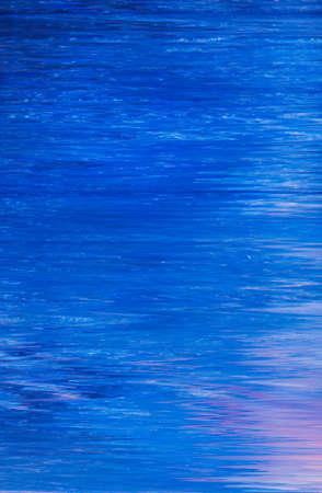 Abstrakter Acrylölfarbehintergrund. Flüssige Flüssigkeit der blauen Farbe. Glatte Oberflächenmusterstruktur ähnlich der Reflexion von stillem Wasser.