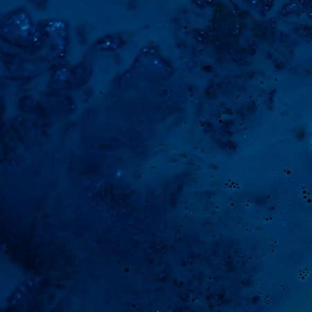 Streszczenie sztuka tekstura tło. Matowy wzór emulsji. Piękna granatowa farba z bąbelkami i brokatem.