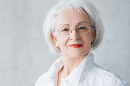 Retrato de dama senior arrogante. Resolución de control de confianza. Mujer de negocios envejecida elegante digna que mira la cámara. Foto de archivo