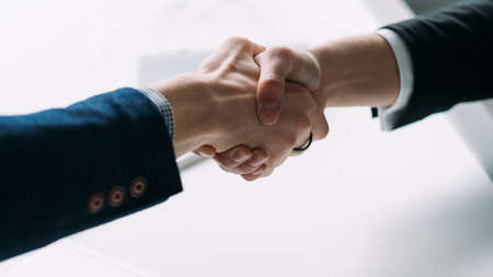 Associazione di successo. Collaborazione professionale e accordo. Primo piano della stretta di mano. Gente di affari che fa un affare