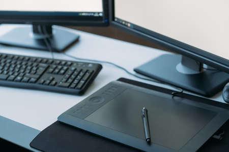 Conception graphique Web. Lieu de travail créatif d'artiste 3D. Vue de dessus de la tablette, du stylet, du clavier sur le bureau.