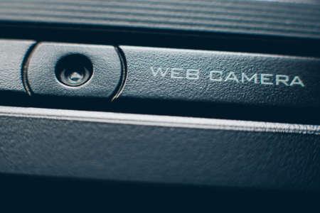 Equipo de conferencias en línea. Primer plano de una cámara web integrada negra. Copie el espacio.