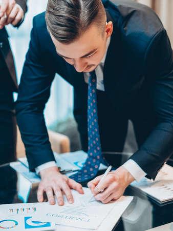 Förderung des Karrierewachstums. Geschäftsmann Hand Vertragsunterzeichnung, Abschlussgeschäft.
