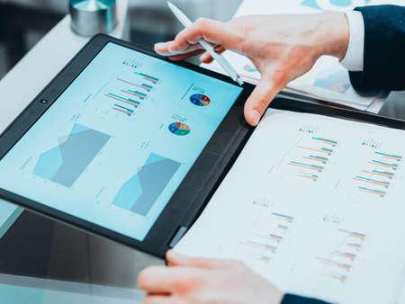 Studie bedrijfsmarketing. CEO bekijkt statistiekenrapport op laptop Stockfoto