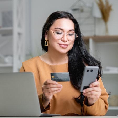 fast payment elegant pleased woman online order Banque d'images