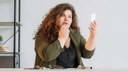 beauty tricks curvy female blogger online lesson Banque d'images