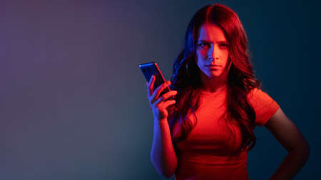 phone scam cyberbullying banner woman neon light Banque d'images