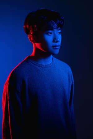 synth wave portrait cyberpunk man neon light blue Banque d'images