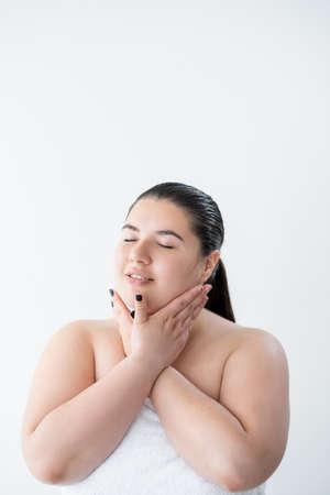 sensitive skincare curvy woman moisturizing body Banque d'images