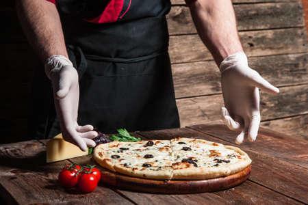 Classe de classe culinaire. Cuisine italienne. Cuisine et décoration de la délicieuse pizza du chef professionnel.