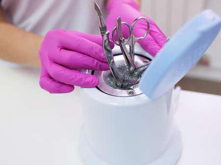 Desinfectie van metalen manicure tools. Salon zorg voor schoonheid en gezondheid.