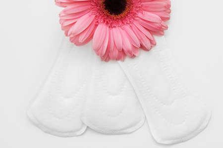 Trois coussins quotidiens sanitaires blancs doux, plat. Soins de santé et confort féminins intimes, concept de protection. Banque d'images - 83983848
