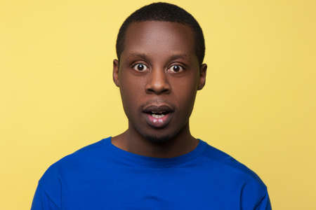 驚いたアフリカ系アメリカ人。驚きの感情。黒人男性のための衝撃的なニュース、ハンサムな男性の肖像画、顔の表情のコンセプト の写真素材・画像素材 Image 85562384.