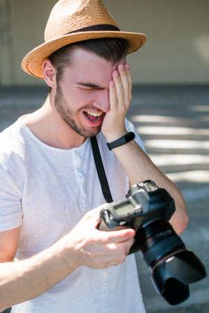 fotografie faalt. professionele fotograaf lacht om een slechte opname. domme toevallige fouten. werkproces concept