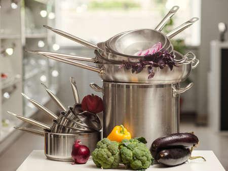 Stapel professionele keukenpannen. Restaurant koken untensils. Gezond voedsel en een goed voedingsconcept