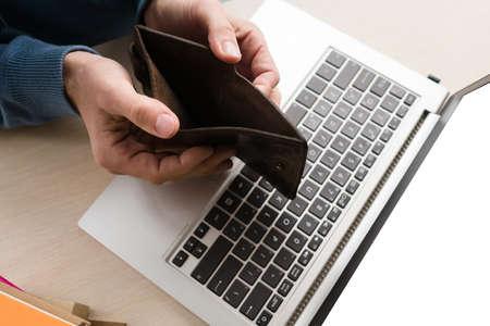 高い税金は中小企業に悪影響を及ぼす可能性があります。すべての公共の会費を支払った後、空の財布を持つ男。課税システムの概念