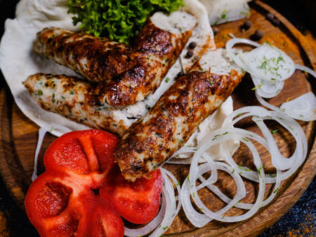 shish kebab. Charred meat and fresh onions and peppers. Traditional Georgian food. Delicious restaurant meal 版權商用圖片