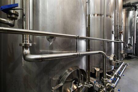 Vista interior de la fábrica de whisky de la destilería de whisky y vodka
