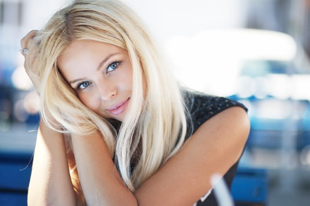 diner romantique: portrait d'une belle jeune femme blonde dans un caf�