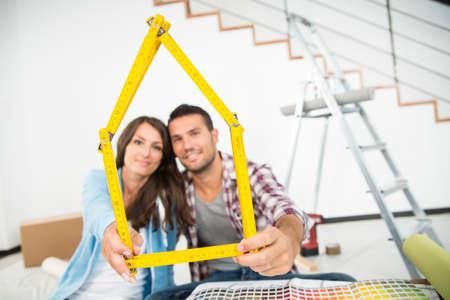 Couple dans la nouvelle maison choisir des couleurs de mur de peinture Banque d'images - 89007994