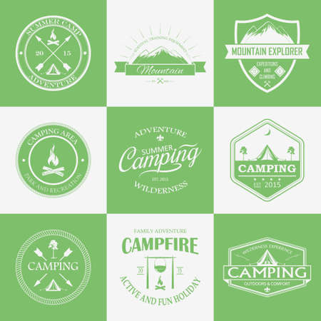 Green and white camping logo, labels and badges. Vector travel emblems. Vettoriali