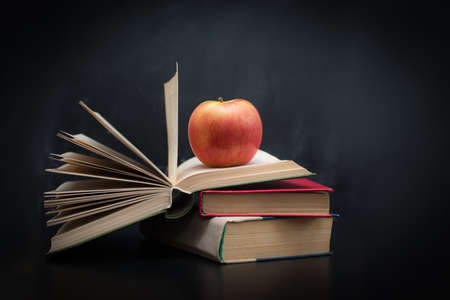 Red apple on a pile of books Stockfoto