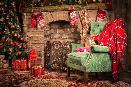 Interior Weihnachten Raum: Kamin, Stuhl und Baum