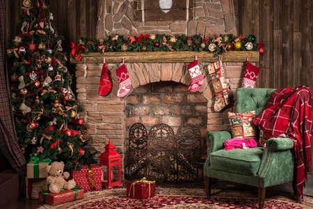 Interieur Kerst kamer: open haard, stoel en de boom Stockfoto