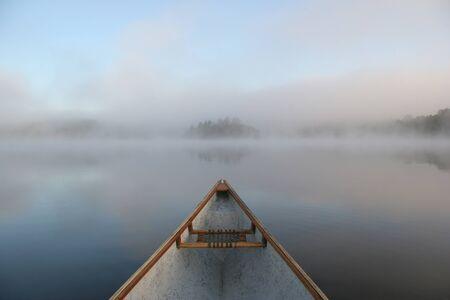 온타리오, 캐나다에서 안개가 자욱한 호수에서 카누의 활 스톡 콘텐츠 - 13248969